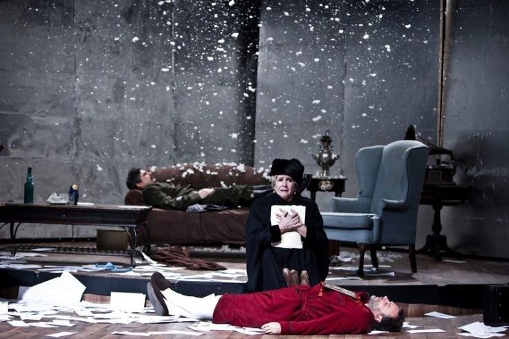 Mauricio Rentería, Mabel Roch y Larry Villanueva en 'Cartas de amor a Stalin'. Foto: Julio de la Nuez. Cortesía del Archivo Digital de Teatro Cubano.