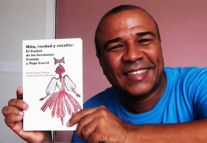 Rubén con el libro Mito, verdad y retablo...