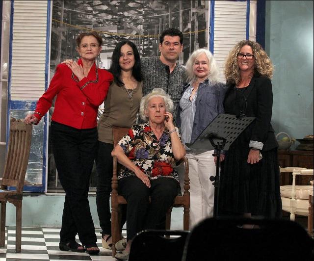 Palabras al filo. En la foto: Micheline Calvert, Yvonne López Arenal, Eddy Díaz Souza, Teresa María Rojas, Mabel Roch y Laura Zarrabeitia (sentada).