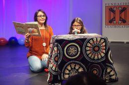 Dotty Vásquez y Micaela Goicochea con cuentos y títeres.