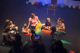 Rita Rosa canta y juega con los niños.