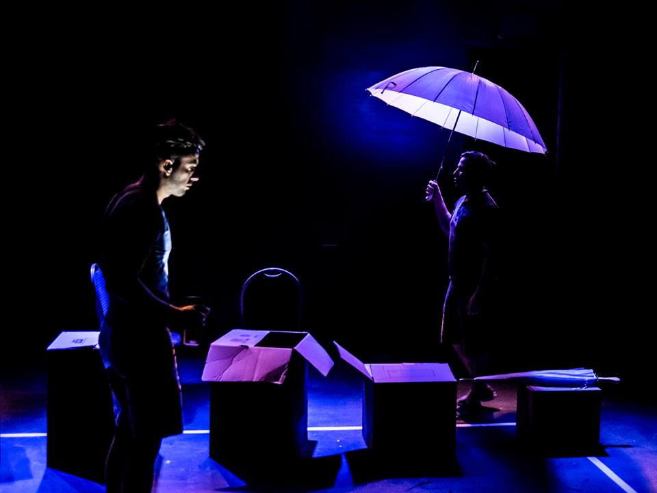 """Los actores Yunier López y Leandro Peraza en """"Mal tiempo"""". Foto de Julio de la Nuez."""